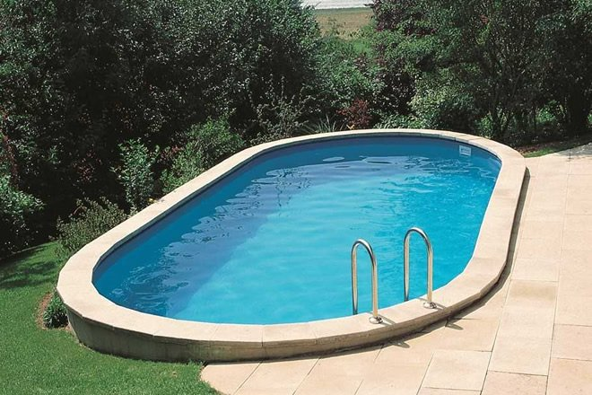piscina oval acima do solo
