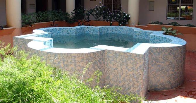 piscina formato irregular acima do solo